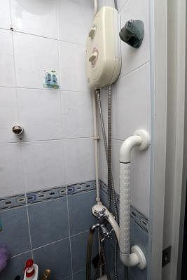 热水器前也安装了一个扶手方便洗澡。