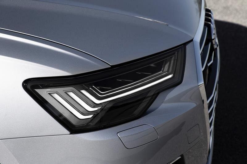三列钩型的车头大灯设计展现奥迪在车灯设计方面的领导地位。