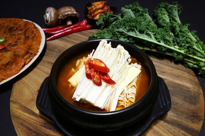 """素食韩国餐馆""""无骨厨房""""的""""韩式部队火锅""""。(受访者提供)"""