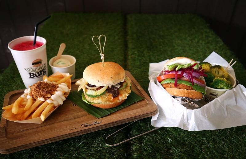 "VeganBurg的""Rasa Sayang""汉堡包和甜菜根汉堡包。(萧紫薇摄影)"
