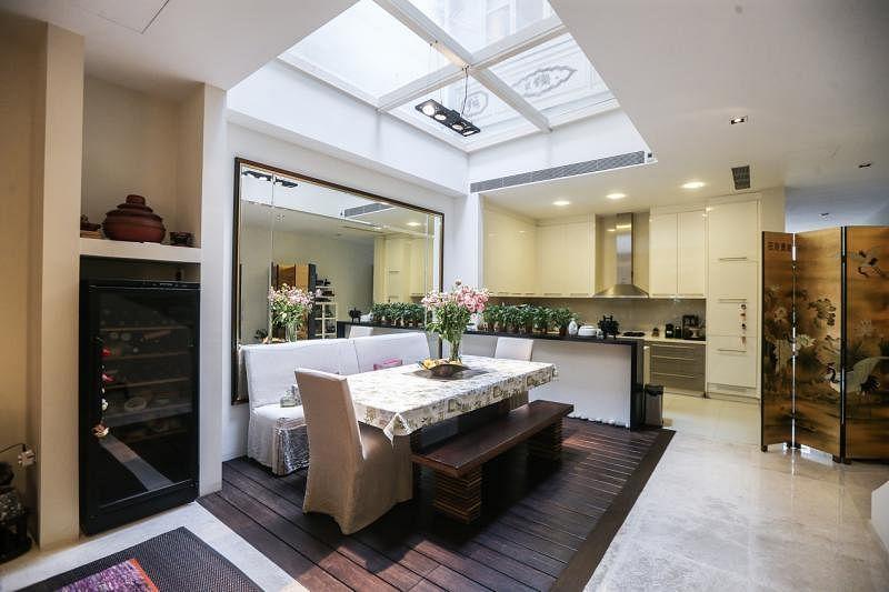 屋主将天井改建成采光十足的饭厅,与开放式的厨房连成一气。
