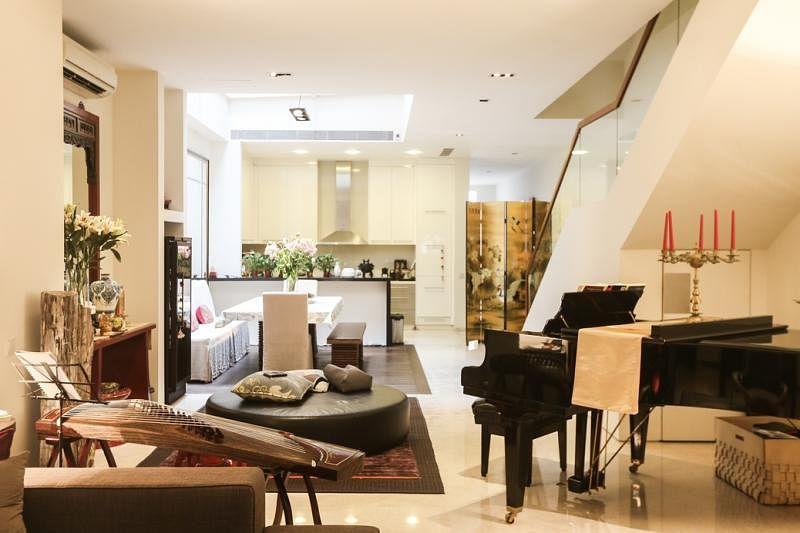 房内的陈设中西合并,有三角钢琴,也有古筝。