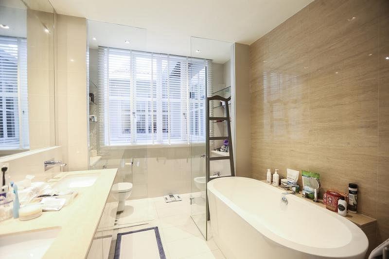 房子最大的装修工程在浴室,宽敞时尚,像奢华酒店套房的浴室。