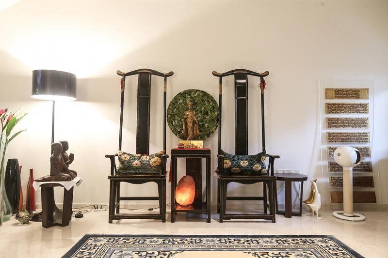 东方韵味十足的高背椅与另一边的西式大圆形皮革无边椅是屋主精心设计的中西合并视觉感。