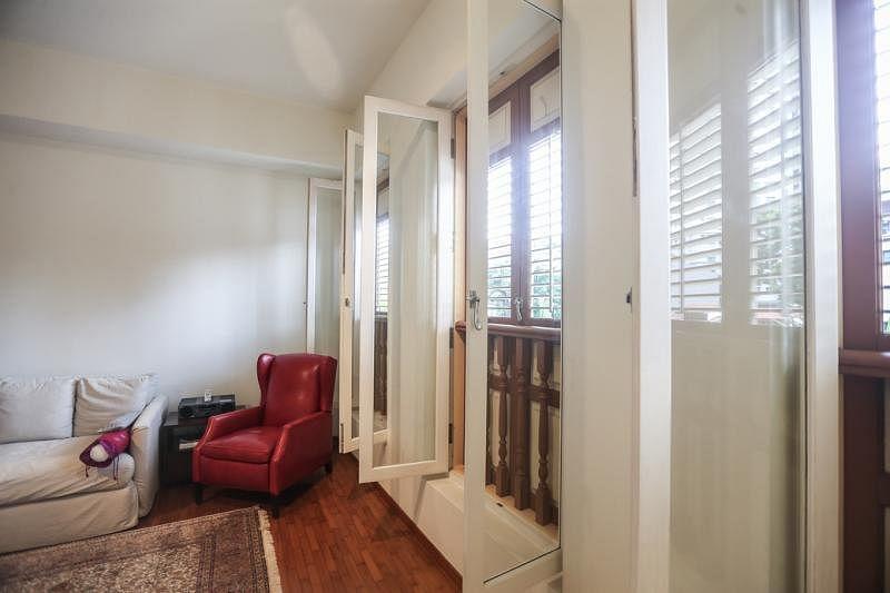 卧房内开式的落地窗设计大气,弥补房子没有阳台的遗憾。