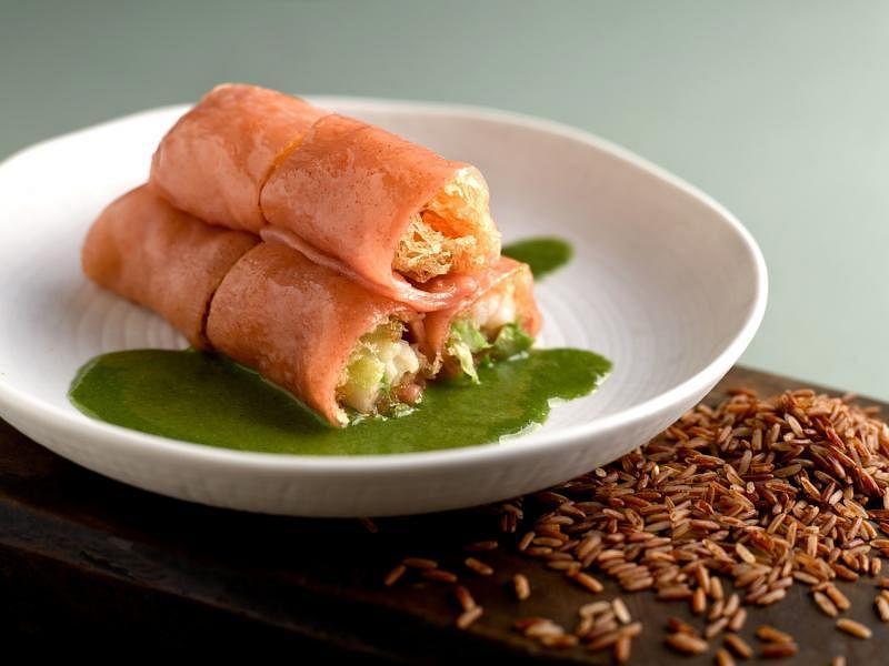 客家风味有机糙米虾卷。