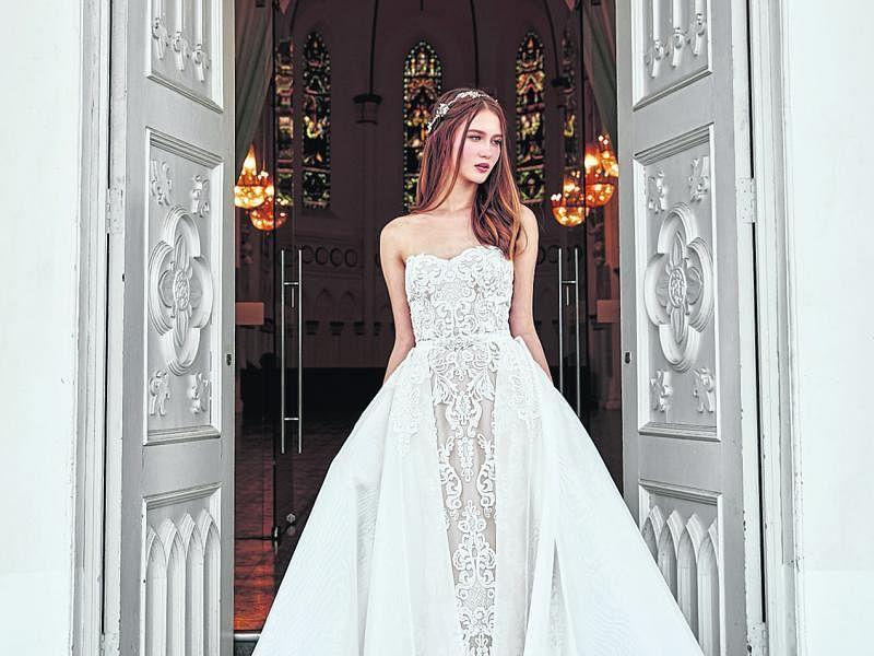 时下流行轻量的修身剪裁婚纱。