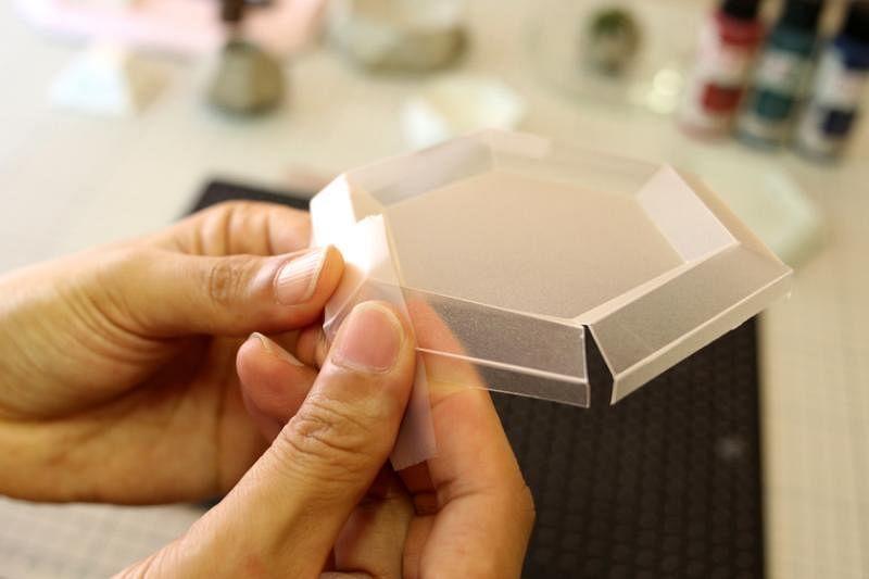 水泥小碟制作过程:①用特制刀片割出模具。