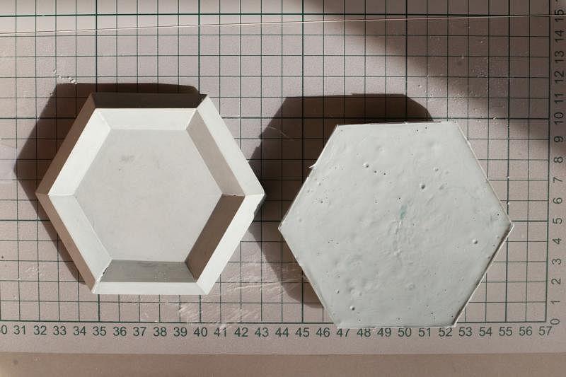 ④把调好色的水泥倒入模具;等待40分钟到1小时即能凝固成形。