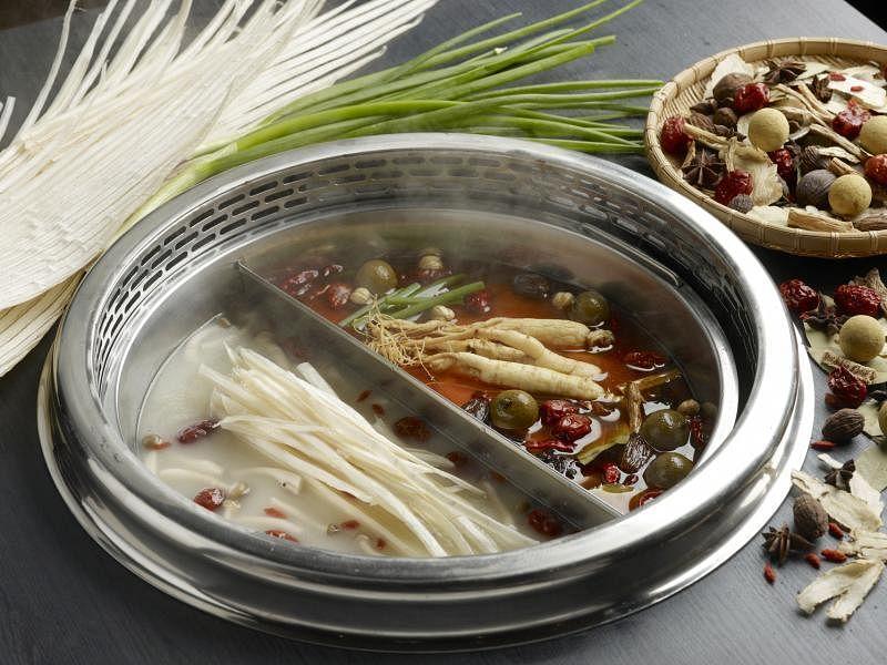 美滋锅用六种保健食材熬煮的汤底。