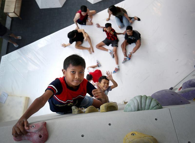 Hafizhan(前)有攀岩天分,9岁的Alif(后)也很快上手。