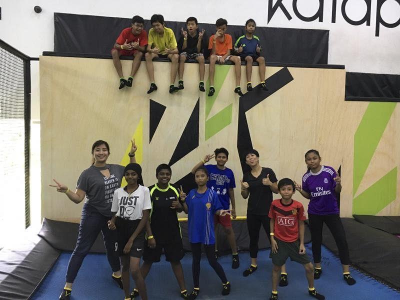 Nadia Ahmad Samdin(左一)与黄淑芬(后排右二)带孩子们做室内蹦床弹跳。(黄淑芬提供)