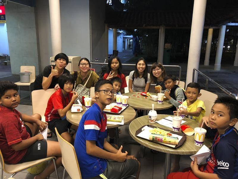 补习后到麦当劳宵夜是孩子们最期待的奖励。(黄淑芬提供)