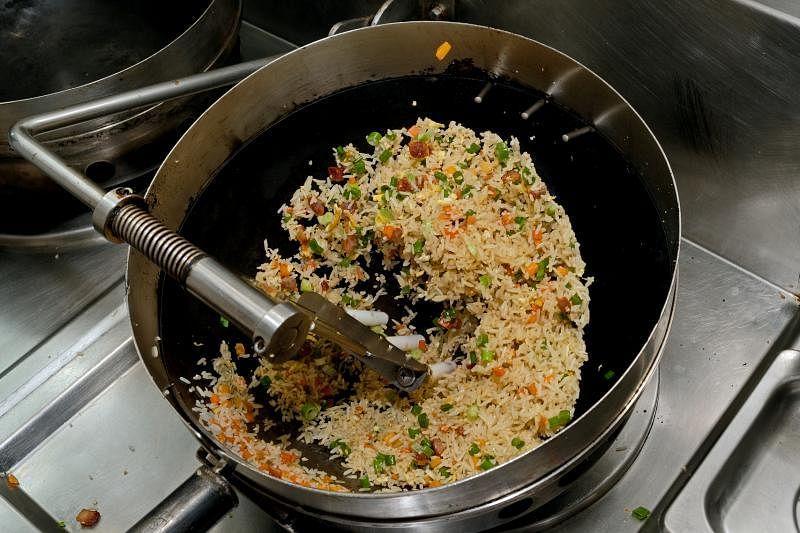 能抛锅的自动炒饭机器。
