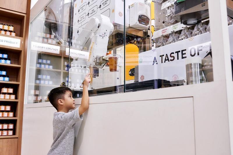 全球首个客制化蜂蜜饮料的自动机器人。