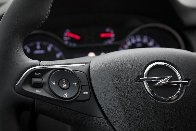 如果车内冷气太冷,启动方向盘加热功能可以为双手带来一点温暖,让驾驶体验更舒服。