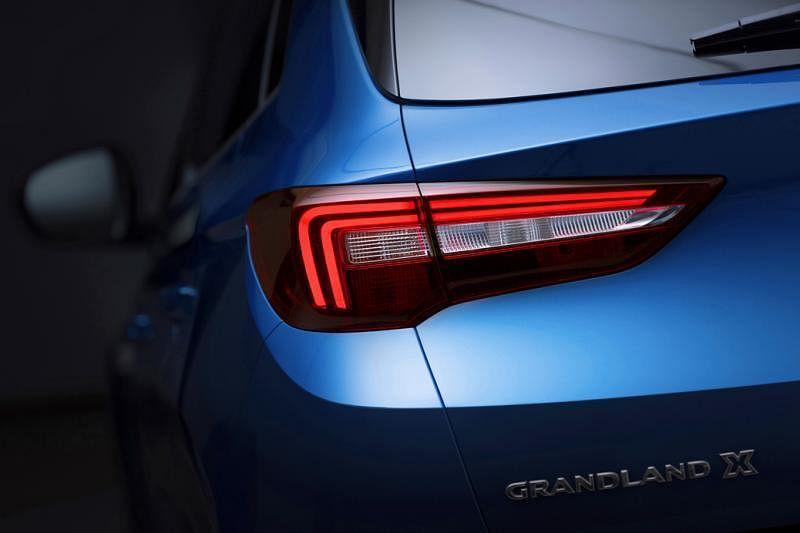 双线条设计的LED车灯充满立体感,造型时尚,有个性。
