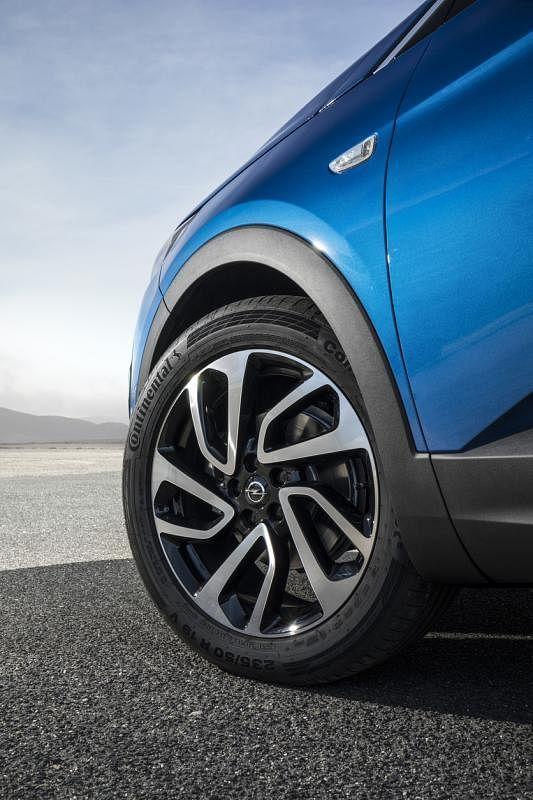 轮圈19英寸的双五辐式轮圈凸显车子的运动风格,引人瞩目。