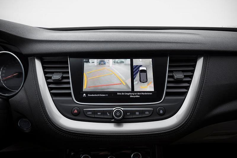 Grandland X配备360度全景摄像头,方便停车。