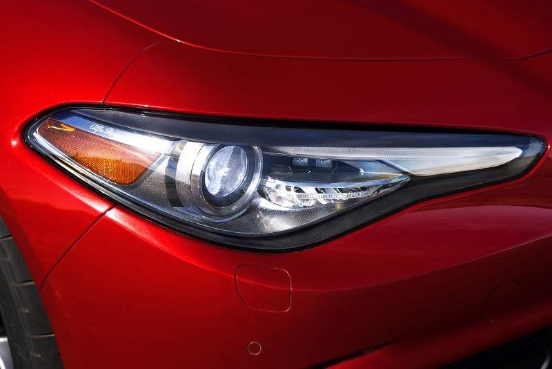 车头配备具自适应前照灯系统(AFLS)的双氙气大灯和自动远光灯系统。
