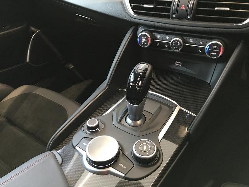 Alfa DNA智能驾驶系统旋钮位于中控台上,驾驶者可选择运动、自然、高效和赛车四种驾驶模式。