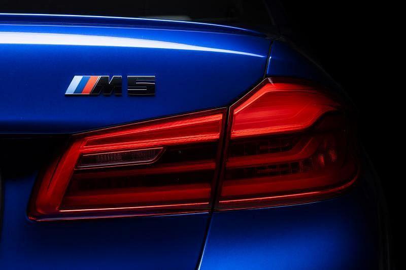 车身各处都有明显的M标志,包括车尾灯上方。