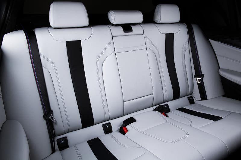 M5的后座设计是跑车格局,但兼容奢华感。