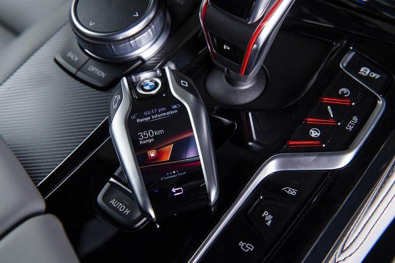 M智能触控钥匙可以显示车子各种状态信息,并可以通过集成触摸屏控制所选功能。钥匙可无线充电,或者通过内置USB线充电。