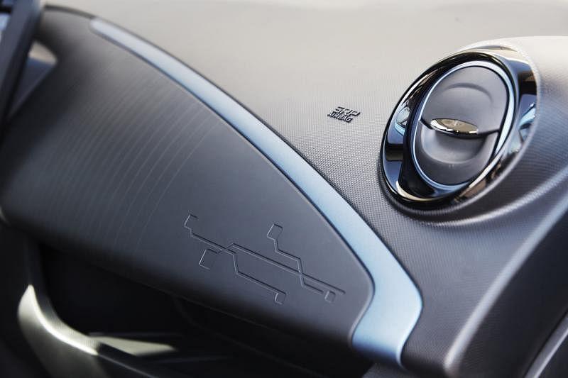 仪表板、座椅、车顶等上面的图腾是电路板简画,凸显Zoe的电动车身份。