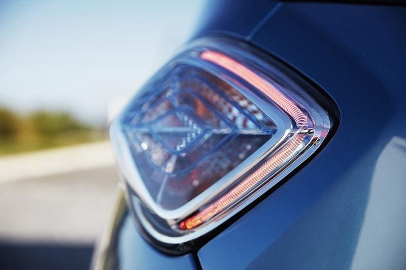 车尾灯车灯设计小巧可爱,里面有淡蓝色饰条,是其电动车的身份标签。