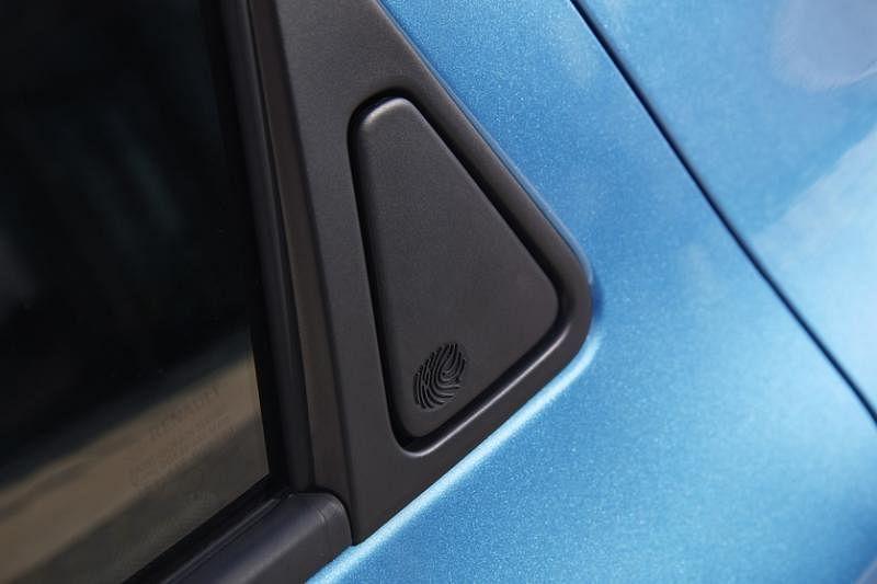 后座门把后座门把隐藏在车身中,要用手指轻按再拉开,设计独特,令车身线条更简洁。