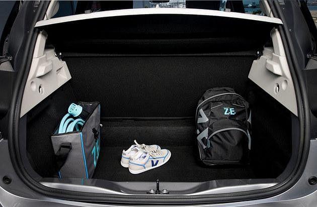 行李厢有338公升的空间,如果把后座椅折下可以大增至1225公升,比其他电动车如宝马i3和日产Leaf还大。(互联网)