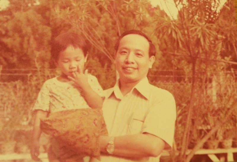 小时候,无论去到哪里,何国元都要抱着爸爸何乃强医生手上的那个小枕头,随时闻一闻,才能安定下来。(受访者提供)
