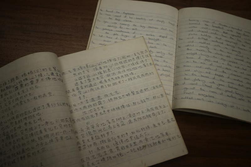 何国元保留完好的手抄本,当年他将阅读所看到的好词好句抄录下来,提高自己的文字功力。(受访者提供)