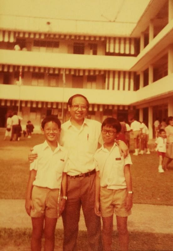 1984年,何国元(左)南洋小学毕业,与父亲和弟弟合影。