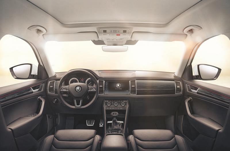车内空间宽敞大气,视野宽广。