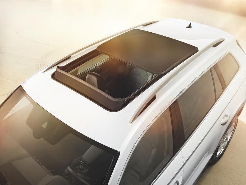 车顶斯柯达首款大型SUV有大面积的天窗。若是选择可前倒的乘客座椅,尚可搭载最高至2.8公尺的长件行李 。