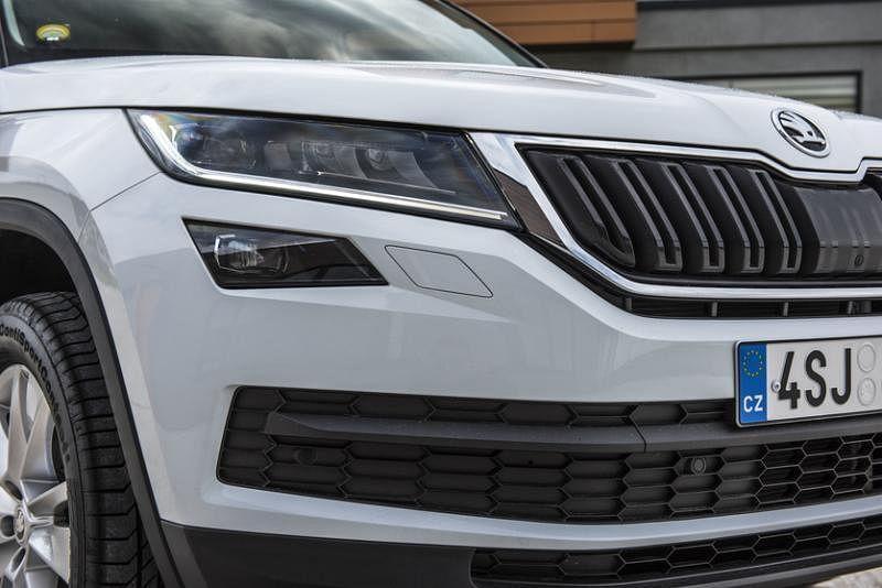 车头外形略为倾斜的头灯造型与水箱罩赋予KODIAQ相当鲜明的外形。