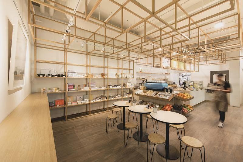 SPRMRKT一楼是随性咖啡座和零售区。