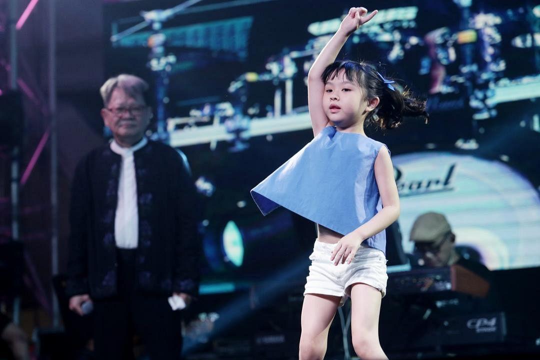 郑进一6岁的爱女郑羽潼也带来一段热舞,可爱的模样加上认真的表演,引来观众如雷的掌声。(陈渊庄摄)
