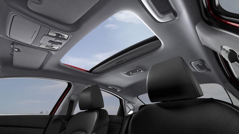 天窗用手拉开遮阳板,提供额外采光,再按一个钮就可开启天窗,为车子通风或快速散热。