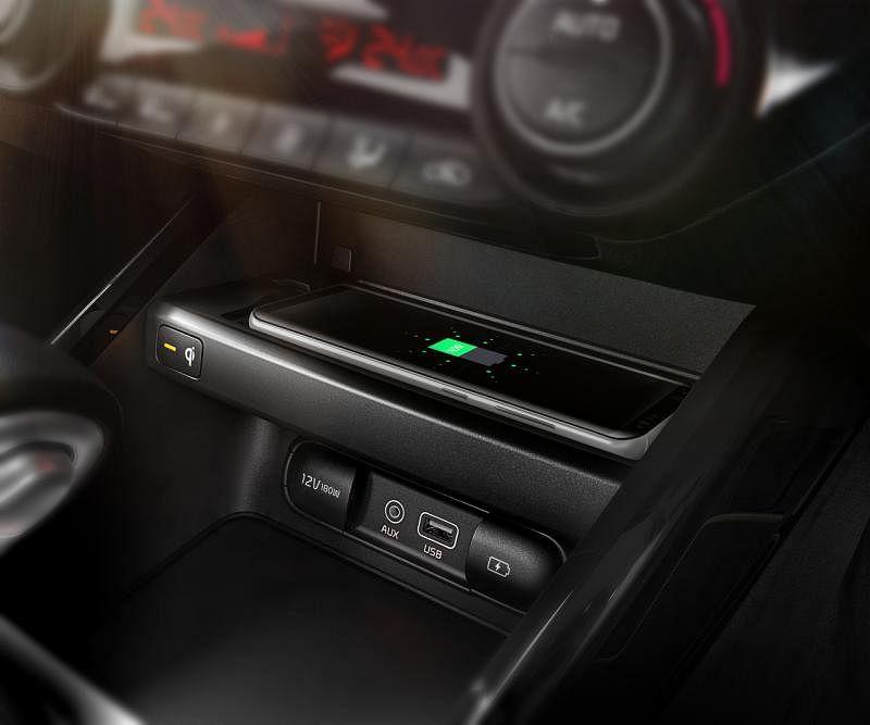 除了可用车内的USB插口充电,起亚也提供手机无线充电槽,增加车主和乘客的便利。