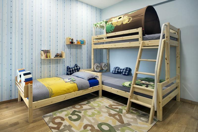 两个男孩子的房间视觉上清新明亮。