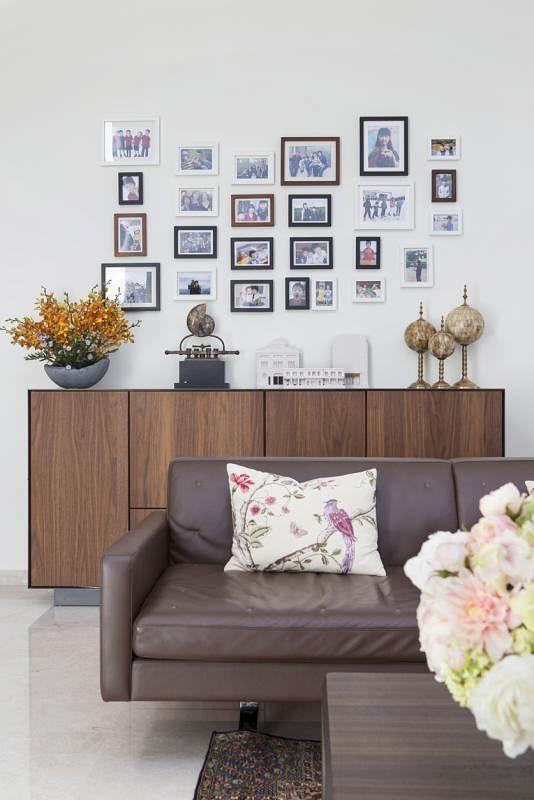 客厅一侧墙上以家庭照片点缀。