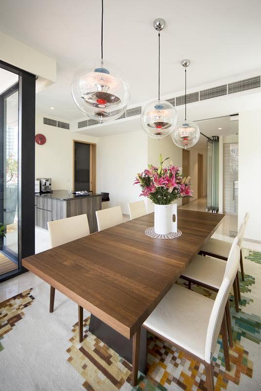 餐室以实木为主调。