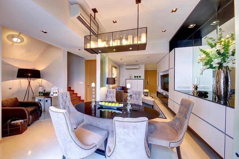 饭厅天花板上垂吊的长方形灯组营造大方、温馨的感觉。
