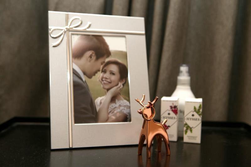 男主人要墙面留白,仅见的婚纱照低调地摆放在床头柜。