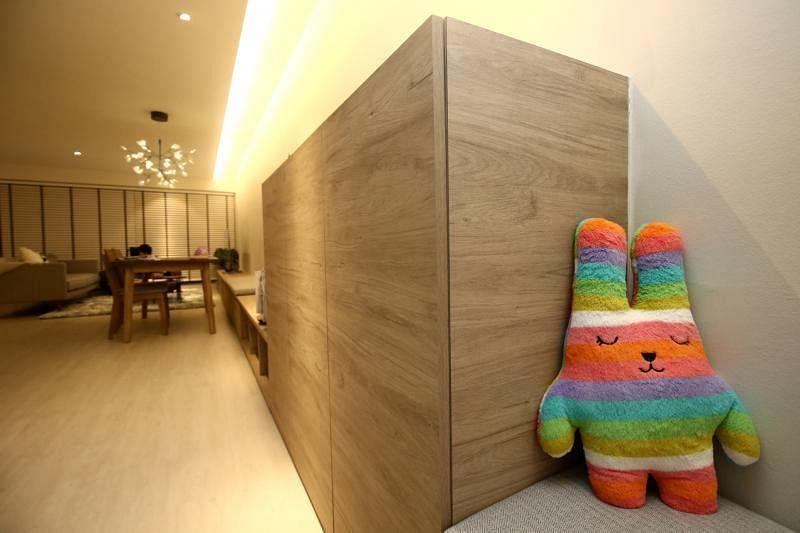 """被主人赋予""""看门""""使命的玩具Nini是房子里唯一的一抹艳彩。"""
