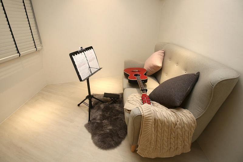 简约的音乐室是欣盈练吉他的地方。