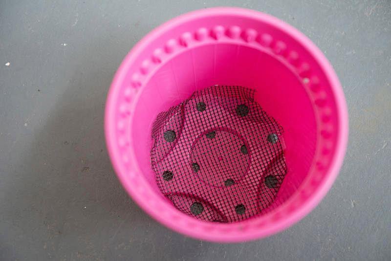 把结网、咖啡滤纸或土工布放入花盆。